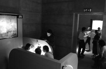 Mòdul d'atenció personalitzada. Projecte de Pep Dardanyá per a l'exposició El Cor de les Tenebres. Sala d'exposicions de La Virreina, Barcelona 2002