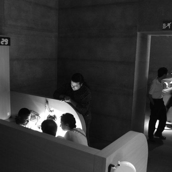 Módulo de atención personalizada. Proyecto de Pep Dardanyá para la exposición El Corazón de las Tinieblas. Sala de exposiciones de La Virreina, Barcelona 2002.