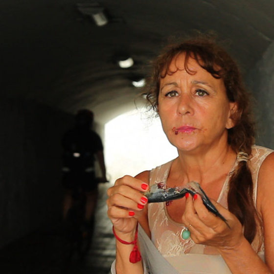 Matilde Obradors. Performance: Menjar sardines crues per aquests mons. (Vestir-nos elegants per cruspir cadàvers). Las Palmas