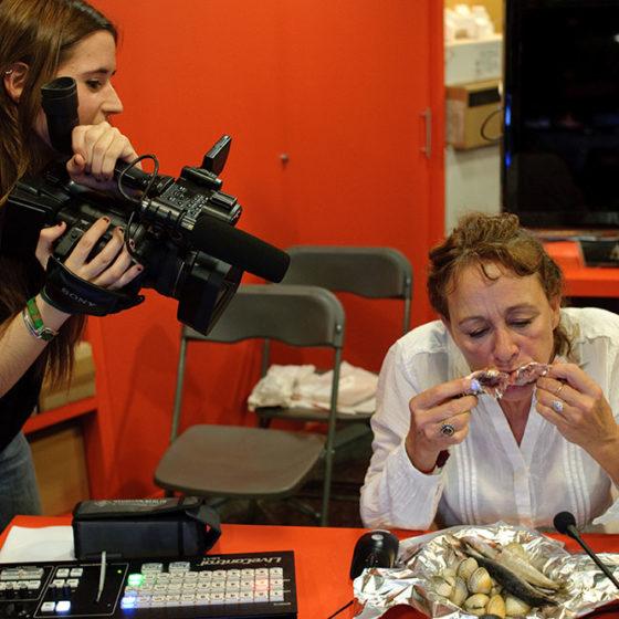 Matilde Obradors. Performance: Menjar sardines crues per aquests mons. (Vestir-nos elegants per cruspir cadàvers). Mediaquiosc